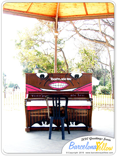 """play me"" pianos in Ciutadella park"